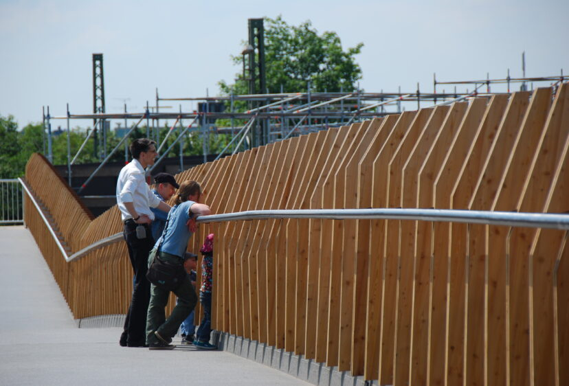 People looking through the parapet of the Opladen bridge